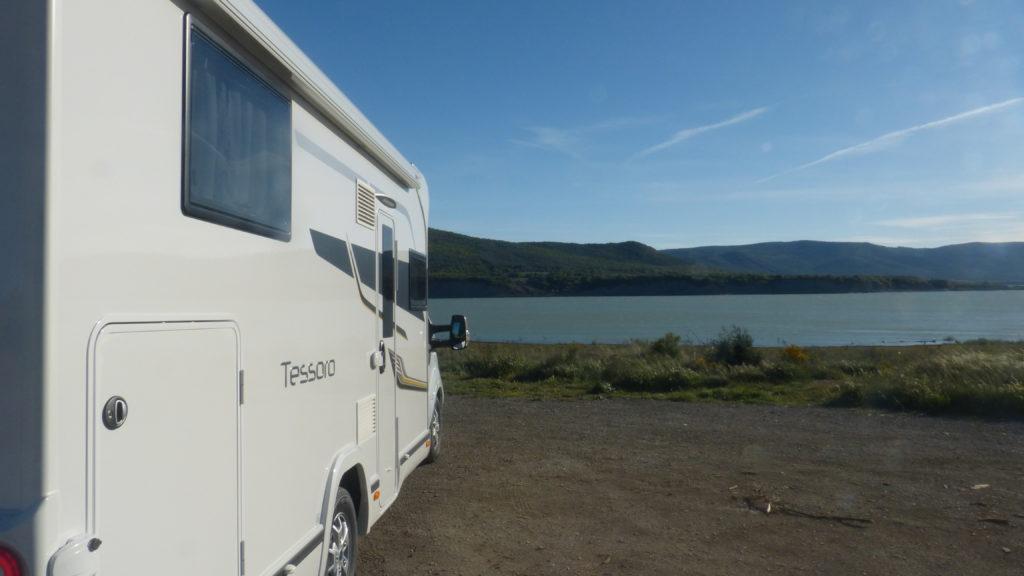 autocaravana en lago